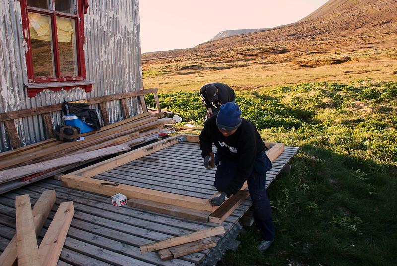Trésmíðaverkstæðið á pallinum við prestbústaðinn.