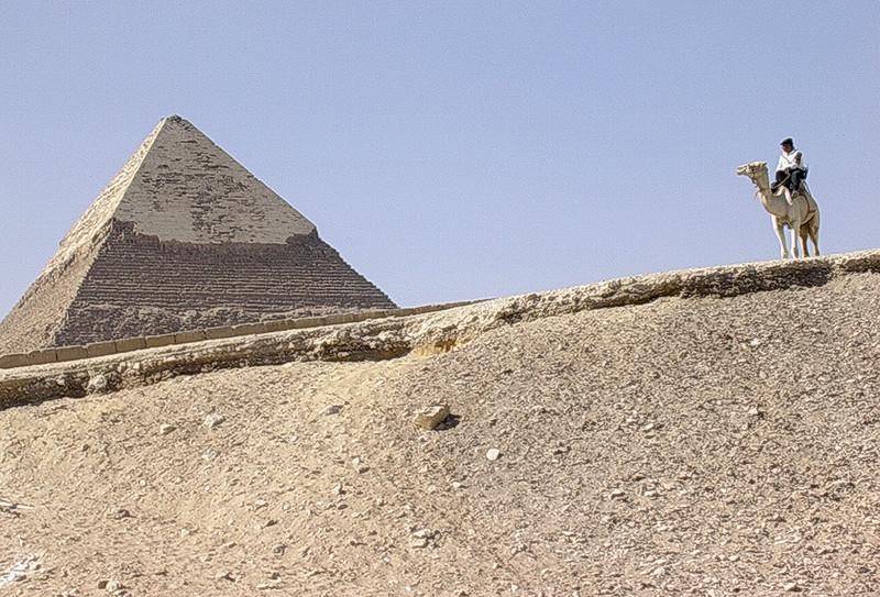 Kafrapyramiden voktet av politi på kamel (Foto: Ståle)