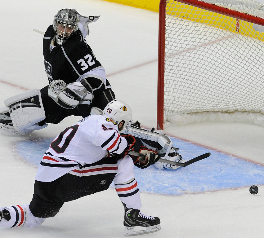 . Kings#32 Jonathan Quick stops a shot in the 3rd period. The Kings defeated the Chicago Blackhawks in the 3-1 in the 3rd game of the Western Conference Finals. Los Angeles, CA 6/4/2013(John McCoy/LA Daily News4