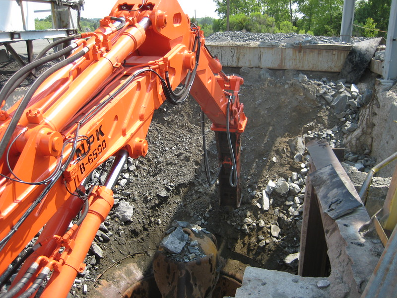 NPK B6500 pedestal boom system-secondary rock breaking at gyratory crusher (3).jpg