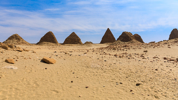Von links nach rechts: Nu 19 Nasakhma, Nu 10 Amaninatakilebte, Nu 9 Aramatelqo, Nu 8 Aspelta, Nu 18 Analmaaje (vorn), Nu 7 Karakamani, Nu 6 Anlamani, Nuri, Sudan