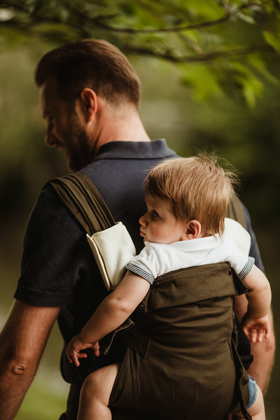 Izmi_Baby_Carrier_Olive_Lifestyle_Back_Carry_Comfort_Set_Close_Up.jpg