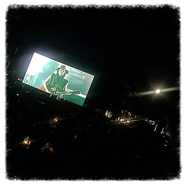 Blue moon rising over Brandi Carlile at @raviniafestival