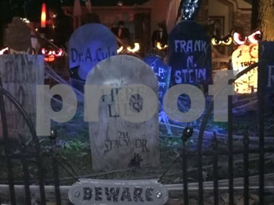 whitehouse-couple-makes-a-spooky-scene-for-halloween