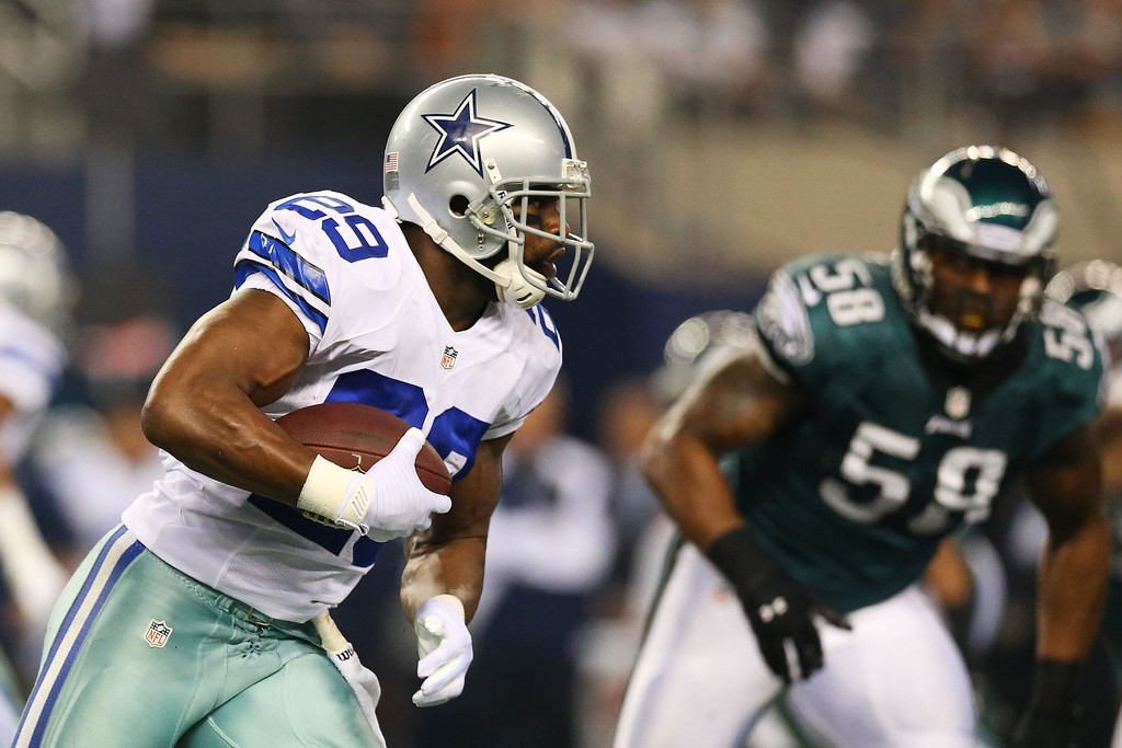 . DeMarco Murray #29 of the Dallas Cowboys carries the ball against  DeMeco Ryans #59 of the Philadelphia Eagles in the first half of their game at Cowboys Stadium on December 29, 2013 in Arlington, Texas.  (Photo by Ronald Martinez/Getty Images)
