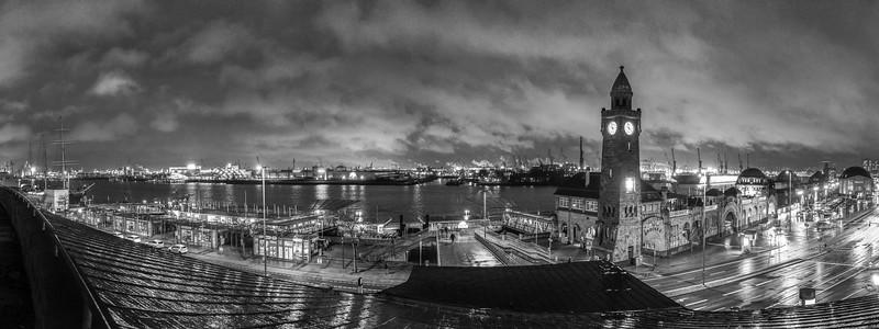 Hamburg Sankt Pauli Landungsbrücken Panorama bei Regen in der Nacht mit Wolken