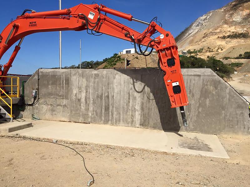 NPK B95000HD pedestal boom system with GH12 hydraulic hammer (1).jpg