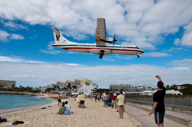 Maho beach crowd watching a plane come in overhead.