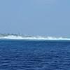L'efficacité du récif qui protège des vagues le lagon (derrière )