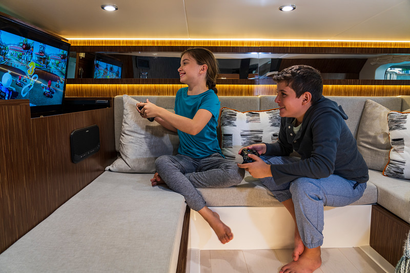 2021-Sundancer-370-Outboard-DAO370-lifestyle-kids-video-games-mid-berth-seating-tv-07308.jpg