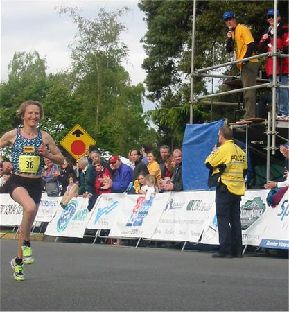 2003 Times-Colonist 10K - Three time women's champ Lucy Smith about to hit the tape