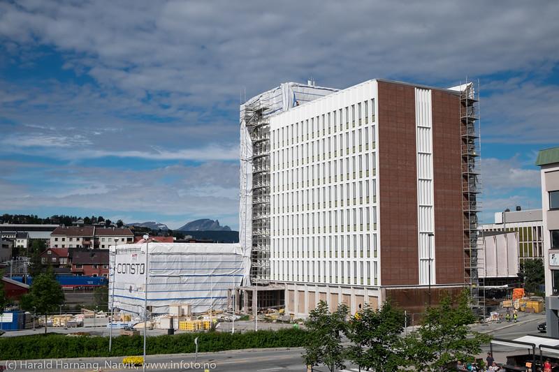 5. august 2016 og Narvik rådhus er i ferd med å bli avdekket (eller avduket) etter flere måneder restaurering.
