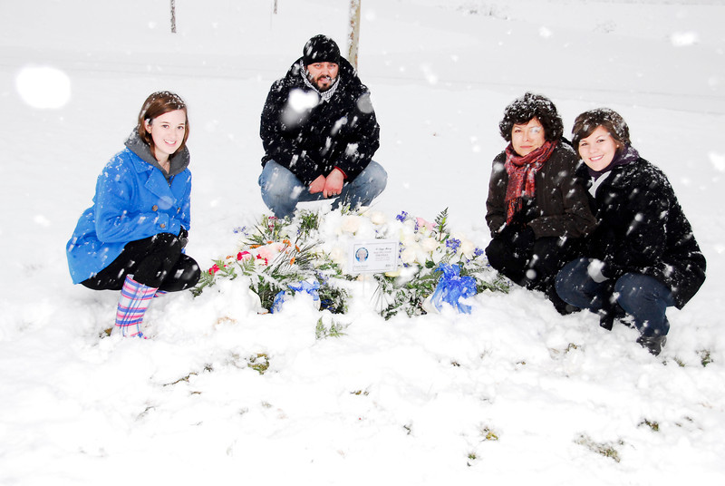 2011/11/21 – One final visit to the North Logan Memorial Park where we buried Raija. The snow was still falling heavily, but that didn't stop everyone from wanting to visit the site.