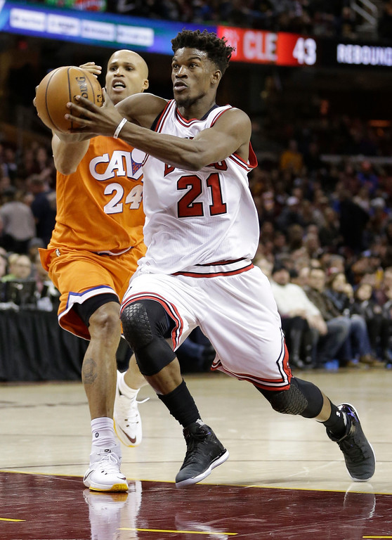 . Chicago Bulls\' Jimmy Butler (21) drives against Cleveland Cavaliers\' Richard Jefferson (24) in the second half of an NBA basketball game, Wednesday, Jan. 4, 2017, in Cleveland. The Bulls won 106-94. (AP Photo/Tony Dejak)