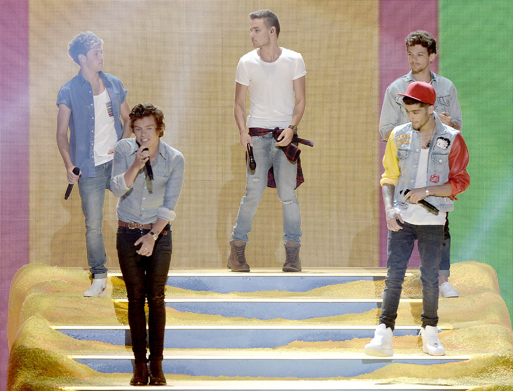 . One Direction performs on stage during the Teen Choice Awards 2013 at Gibson Amphitheatre on August 11, 2013 in Universal City, California.  (Photo by Kevin Winter/Getty Images)