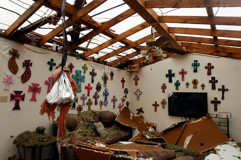 . The living room of a home that had its roof blown off by a tornado is pictured in Cleburne, Texas May 16, 2013. At least six people were killed and seven were missing after as many as 10 tornadoes ripped through north-central Texas Wednesday evening, leaving a trail of destruction from the worst severe storm outbreak in the United States so far this year.  REUTERS/Richard Rodriguez