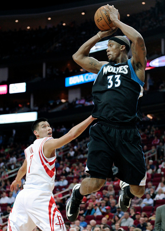 . Minnesota Timberwolves\' Dante Cunningham (33) looks to pass the ball over Houston Rockets\' Jeremy Lin. (AP Photo/Pat Sullivan)