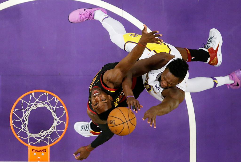 . Los Angeles Lakers forward Julius Randle, right, shoots as Cleveland Cavaliers forward Jeff Green defends during the first half of an NBA basketball game, Sunday, March 11, 2018, in Los Angeles. (AP Photo/Mark J. Terrill)
