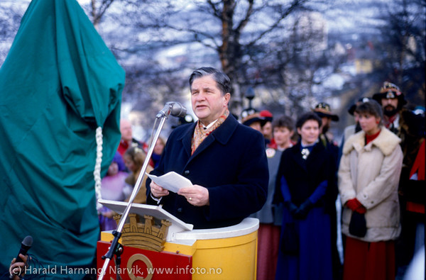 Avduking av Svarta Bjørn-statuen i Narvik, Vinterfestuka 1986. Fylkesmann Odd With holder tale. Foto: Harald Harnan