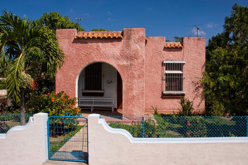 Cuba havana pink house 5055.jpg
