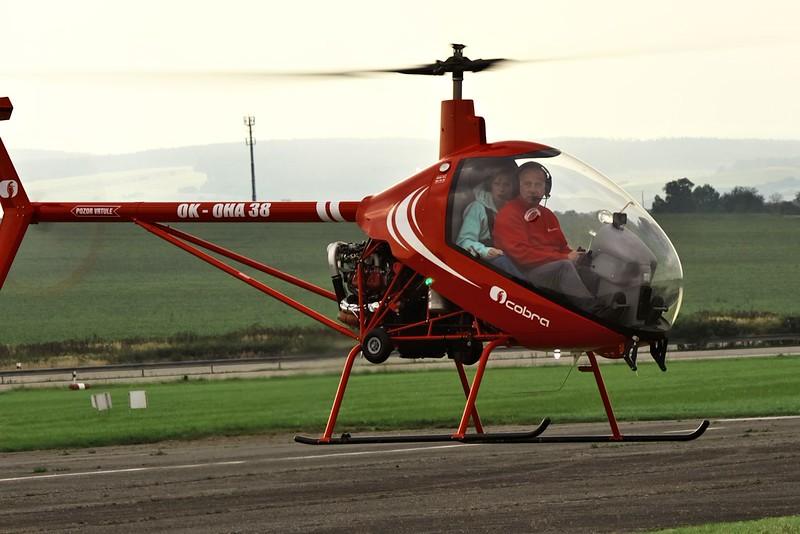 Možná to není evidentní, ale tady už vrtulník visí zhruba metr nad dráhou