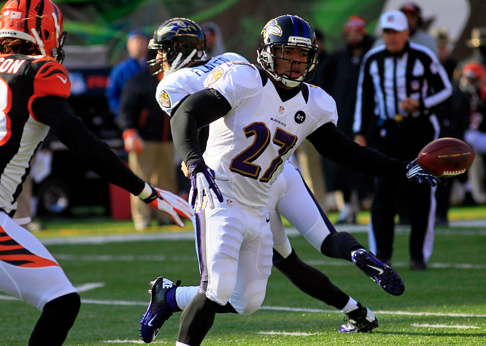 Description of . Baltimore Ravens running back Ray Rice (27) laterals the ball in the first half of an NFL football game against the Cincinnati Bengals, Sunday, Dec. 30, 2012, in Cincinnati. (AP Photo/Tom Uhlman)