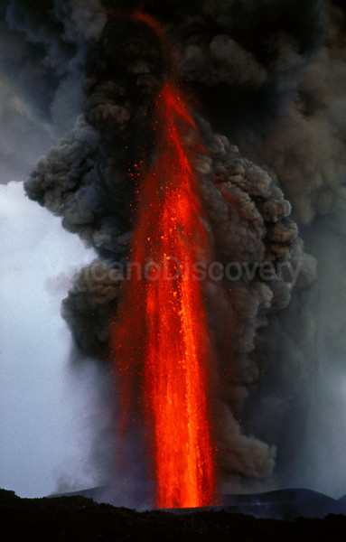 400 m tall lava fountain during the 2001 July flank eruption from Cono del Lago