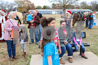 santa-makes-annual-horseback-ride-to-lindale-handing-out-gifts-and-posing-for-photos
