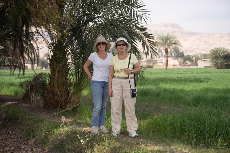 Maky y Celia en los campos próximos al hotel Marsam