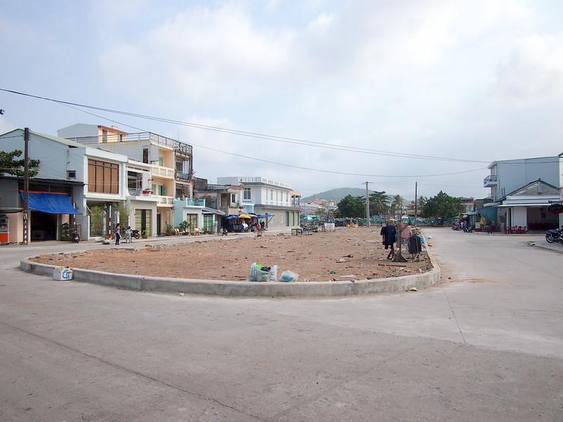 P1317259-le-loi-empty-plaza.JPG