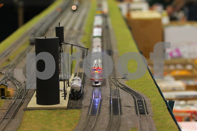 fans-families-view-model-train-displays-at-show