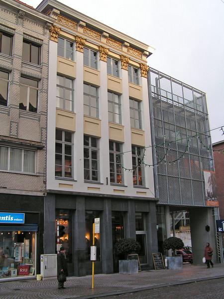 Het huis: 'DE RAM' Guldenstraat 20, met ernaast 'DE LAMOT-SITE' De Lamot-Site in Mechelen is het oude bedrijfsterrein van Brouwerij Lamot, tegenover de Vismarkt. In 2005 werd de Site heropend na een ingrijpend Reconversieproject. Dit project werd reeds in 2003 bekroond met de 'Thuis in de stad-prijs' voor reïntegratie van verloren stadsdelen binnen de stad.