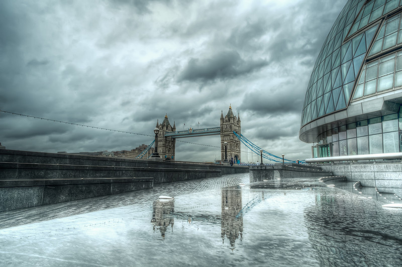 Tower Bridge in a Gray Day F4615.jpg