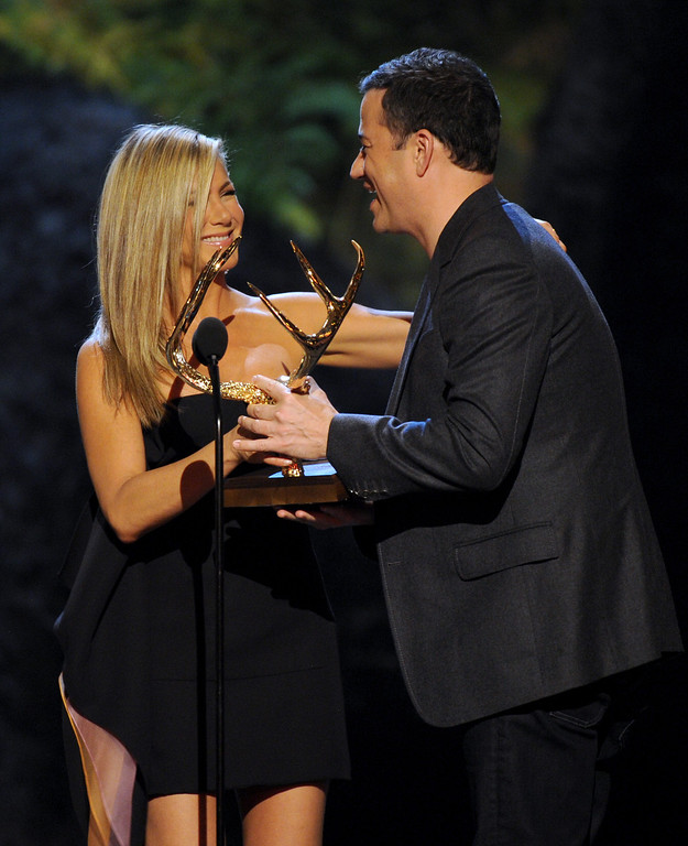 . Jennifer Aniston, left, presents the award for funniest M.F. to Jimmy Kimmel at Spike TV\'s Guys Choice Awards at Sony Pictures Studios on Saturday, June 8, 2013, in Culver City, Calif. (Photo by Frank Micelotta/Invision/AP)