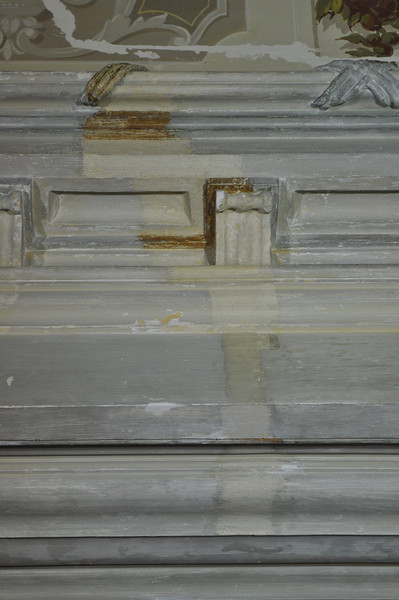 Sondierungsschnitt auf die originale Fassung. Beige mit metallfarbenen Bereichen. Die Stirnseite des Unterzugs setzt sich dunkler ab. DSC_0180