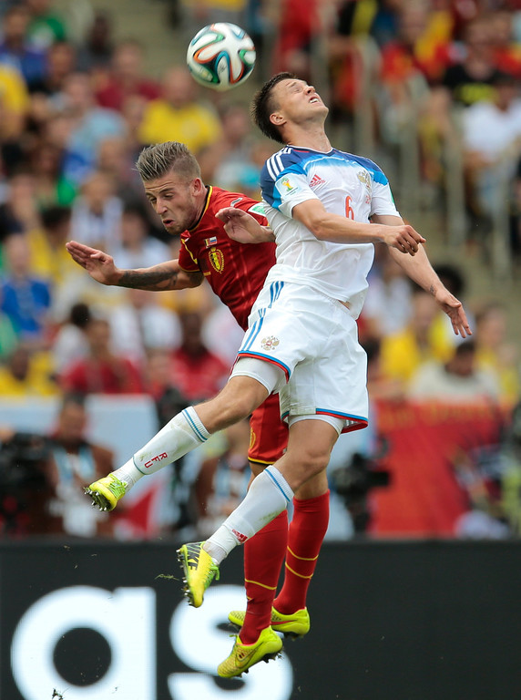 . Belgium\'s Toby Alderweireld, left, and Russia\'s Maksim Kanunnikov battle for a header during the group H World Cup soccer match between Belgium and Russia at the Maracana stadium in Rio de Janeiro, Brazil, Sunday, June 22, 2014. (AP Photo/Ivan Sekretarev)