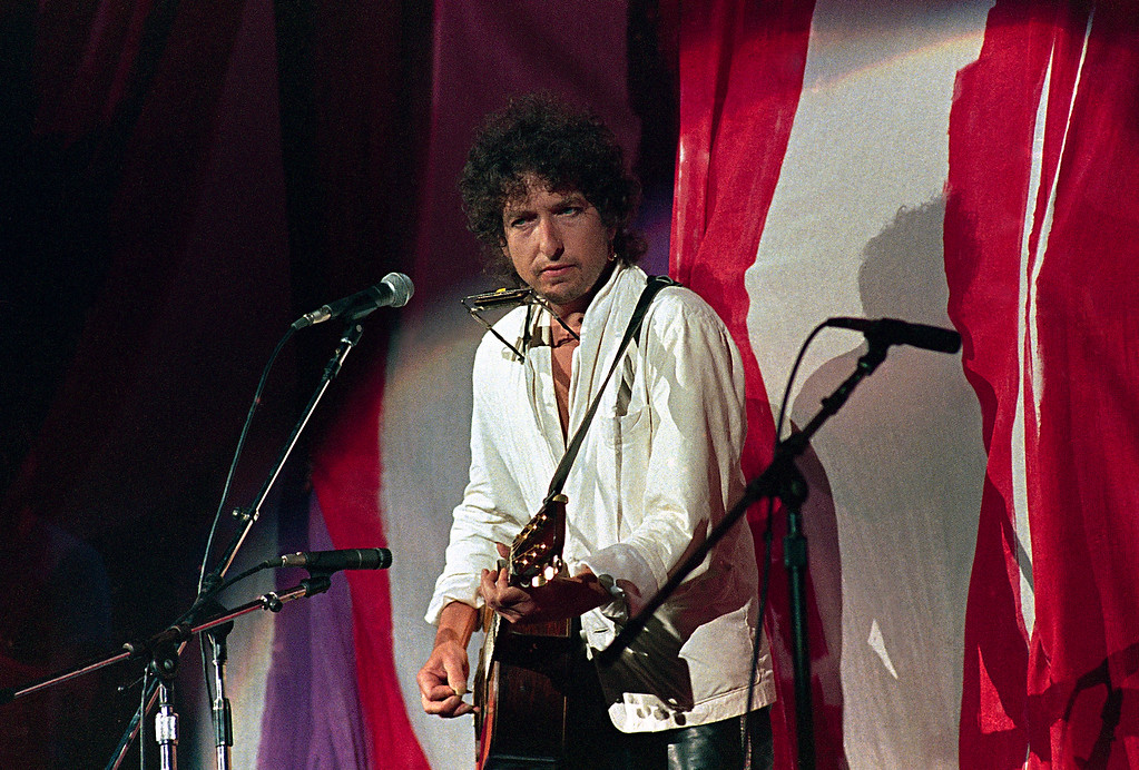 . American singer-songwriter Bob Dylan eyes the crowd while performing at the Live Aid famine relief concert at JFK Stadium in Philadelphia Pa., July 13, 1985. (AP Photo/Amy Sancetta)