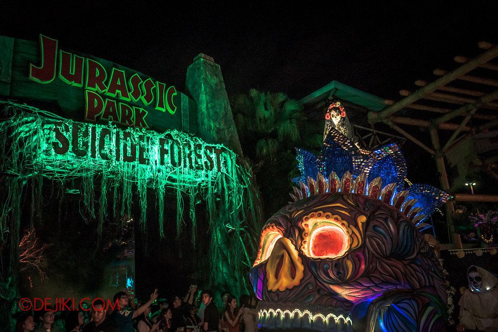 Halloween Horror Nights 6 - March of the Dead / Death March - Lady Death arrives at Suicide Forest
