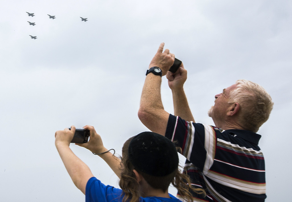 . Israelis gather to watch an air show performed by the air force, over the beach in the Mediterranean coastal city of Tel Aviv, on May 6, 2014 as Israel marks Independence Day, 66 years after the modern Jewish state was established. Israel\'s first Prime Minister David Ben-Gurion declared the existence of the State of Israel in Tel Aviv in 1948, ending the British mandate. AFP PHOTO / JACK GUEZ