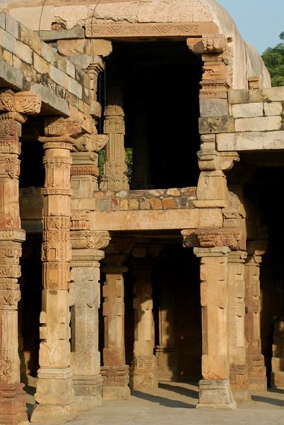 qutob minar temple ruins.jpg