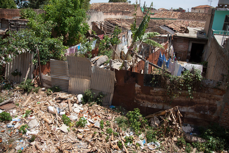 Looking from the roof of my casa particular shows the poverty of the neighbors and the trash accumulated right there next to the home
