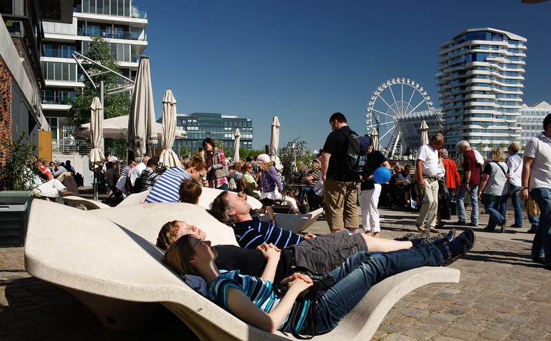 Menschen entspannen in der HafenCity in der Sonne Hamburg