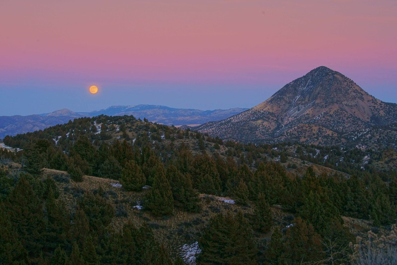Black Butte moonrise 598 raw enh sf.jpg