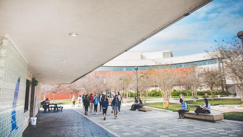 Students make their way through Lee Plaza
