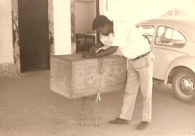 Artesao trabalhando numa mala