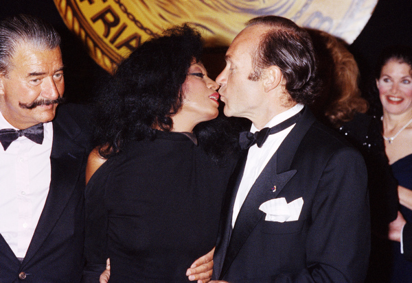 . Singer Diana Ross receives kiss from husband Arne Naess before the Friars Club salute to her at New York?s Waldorf Astoria Hotel, Sunday, June. 2, 1990. (AP Photo/Malcolm Clarke)