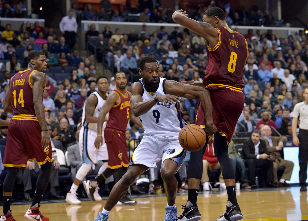 . Memphis Grizzlies guard Tony Allen (9) battles with Cleveland Cavaliers forward Channing Frye (8) for control of the ball in the second half of an NBA basketball game Wednesday, Dec. 14, 2016, in Memphis, Tenn. (AP Photo/Brandon Dill)