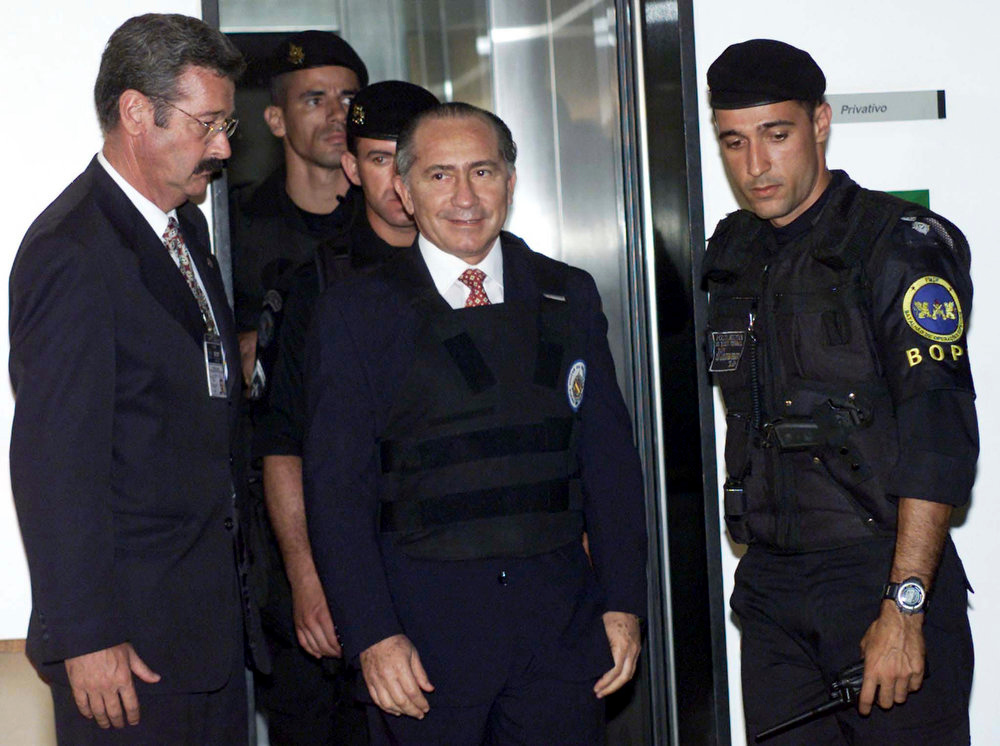 . Paraguay\'s former Army commander Lino Oviedo (C) leaves the Supreme Court while under arrest in Brasilia on December 6, 2000. Oviedo crossed the border into Brazil to escape prosecution on charges of plotting the 1999 assassination of Vice President Luis Argana, but was arrested to face Paraguay\'s extradition request. Oviedo, who led a 1989 coup against dictator Alfredo Stroessner and was accused of other attempted coups later in his career, died late February 3, 2013, when the helicopter that transported him on his campaign for president in the upcoming April elections, crashed on a ranch in northern Paraguay, according to government sources. REUTERS/Stringer/Files