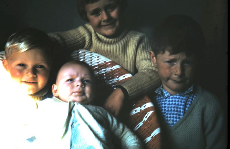 1971-9-11 (20) Andrew 2 yrs 1 mth, Allen 3 mths, Susan 6 yrs 1 mth, David 7 yrs 8 mths.JPG