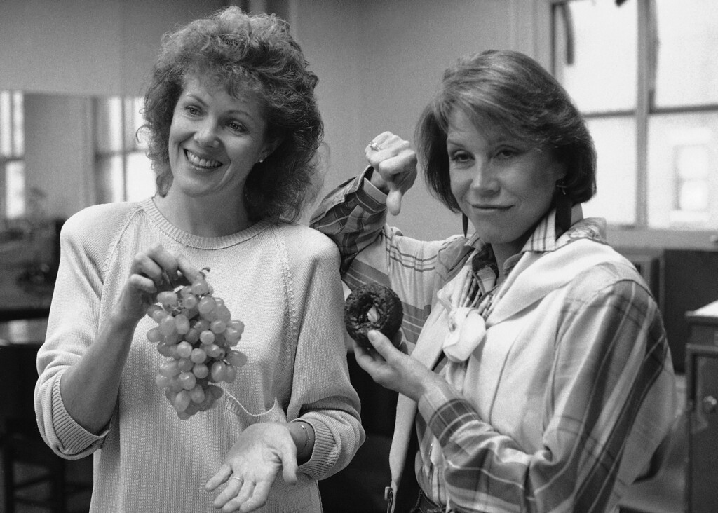 """. Actors Mary Tyler Moore, right, and Lynn Redgrave are shown during a rehearsal of \""""Sweet Sue,\"""" Oct. 27, 1986, in New York. (AP Photo/Carlos Rene Perez)"""